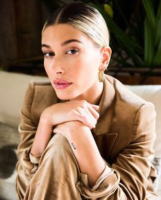 haileybaldwin talks about the most adventurous thing she's done recently, and it's not just her engagement 😉 Tap the link in our bio for Justin Bieber, Model Tips, Hailey Baldwin Style, Hailey Baldwin Tattoo, Beauty And The Beat, Loretta Young, Look Short, Hair Looks, Makeup Inspiration