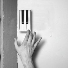Although the tone of the doorbell is not as monotonous as before, it is still different from piano. However, China's designer Li Jianye gives us a piano doorbell. This product has several piano keys which allow the guest to play what ever tone he likes. Touches De Piano, Theme Tunes, Theme Song, Deco Design, Kuta, Apartment Therapy, My Dream Home, Sweet Home, Geek Stuff