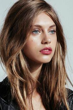 color-de-pelo-de-moda-ojos-azules-pelo-castaño