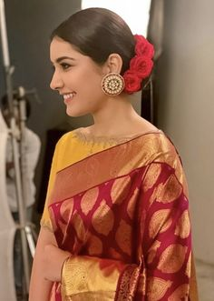 We designs silk blouses 2019 Here are perfect Pattu Saree Blouse Designs Choose your silk saree blouse design from our list with latest trendy neck designs Pattu Saree Blouse Designs, Fancy Blouse Designs, South Indian Blouse Designs, Seda Sari, Sari Bluse, Blouse Designs Catalogue, Latest Silk Sarees, Saree Hairstyles, Indian Hairstyles For Saree