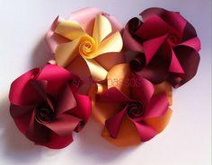 Jutei aqui três coisas que adoro: flores, papel Tant, e as criações de Krystyna Burczyk Origami Flowers, Paper Art, Diy, Paper, Stuff Stuff, Papercraft, Bricolage, Diys, Handyman Projects