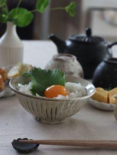 益子焼arame 粉引きしのぎ飯碗粗目の土を使いろくろで成形。ツヤがあり、側面にしのぎを施した土味たっぷりの飯碗です。落ち着いた感じのするホワイトカラーに、ところどころ表れた素地の色合いが…