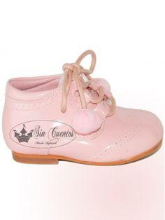 Botas de bebé de charol rosa de la marca Bubble Bobble.