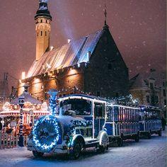 Tallinnan Vanhankaupungin kaduilla ajelee oma kaupunkijuna. Noin 25 minuutin mittainen ajomatka on monelle perheen pienimmälle Tallinnan-reissun kohokohtia. Monet, Wwe, Clouds, Train, Strollers, Cloud
