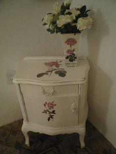 Mesa de luz antigua con decoupage de rosas