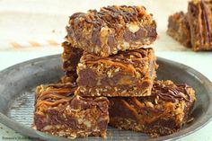 Easy to make oatmeal cookie bars filled with gooey caramel and oozing chocolate, these carmelitas bars will make you weak to your knees! Chocolate Oatmeal, Chocolate Caramels, Baking Chocolate, Chocolate Bars, Chocolate Chips, Chocolate Recipes, Cake Bars, Dessert Bars, Oatmeal Cookie Bars