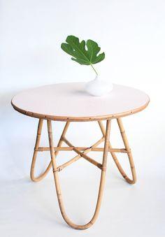 Petite table tripode en rotin leshappyvintage.fr