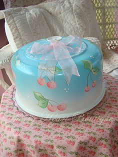 Vintage retro cake carrier