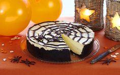 Oppskrift på den ultimate ostekaken pyntet og festklar til Halloween. Bunnen er laget med Dots sjokoladekjeks og ostekremen er syrlig og frisk med TINE Kremost. Kaken minner om den erke-amerikanske Oreokake. Og den ser skremmende lekker ut med spindelvev og edderkopper av mokkabønner og lakrislisser. Gelatin, Desert Recipes, Frisk, Deserts, Muffin, Sugar, Cookies, Baking, Halloween