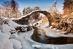 A ponte em Carrbridge, Escócia, fica ainda mais bonita no inverno