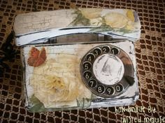 Stary aparat telefoniczny ozdobiony techniką decoupage :)