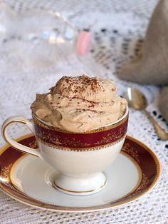 La crema di caffe in bottiglia si prepara in soli 5 minuti e senza bisogno dello sbattitore elettrico. Fresca e spumosa ma leggera grazie allo yogurt magro. Creme, Mousse, Cake Recipes, Dessert Recipes, Crunch, Sweets Cake, Pastry Cake, Frappe, Ice Cream Recipes