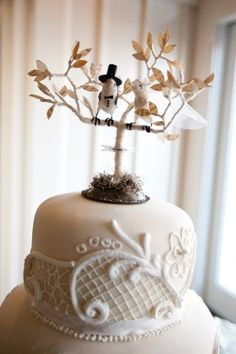 love this bird theme cake, perfect for nature weddings