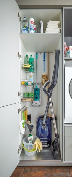 Hauswirtschaftsraum von Spitzhüttl Home Company In the large tall cupboard, there is room for everything from vacuum cleaners to brooms and cleaners – nicely hidden behind the door. More information at Spitzhüttl Home Company.