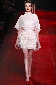 Vestido corto color maquilleje y capa de Nina Ricci #PFW