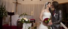 Novio entregando flores a la novia