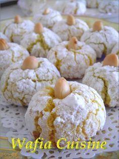 Bonjour a tous, aujourd'hui je partage avec vous la recette d'un délicieux gâteau algérien très facile à réaliser. Ingrédients: - 500 g d'amandes finement moulues - 280 g de sucre glace - 3 blancs d'œufs - Zeste d'un citron - Colorant alimentaire Décoration:...