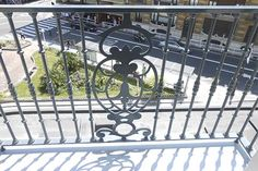 En este proyecto Ibarkalde S.L se ha encargado de la sustitución de los balcones del Hotel de Londres de Donostia-San Sebastián. En la foto se observa uno de los balcones con vistas a la calle Zubieta.  #londres  #donostia  #sansebastian  #zubieta  #calle  #balcones