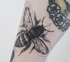 Tattoo Johnny Bee Tattoos - Bees Are Flying Insects That Produce Honey That Is A. - Tattoo Johnny Bee Tattoos – Bees Are Flying Insects That Produce Honey That Is A Natural Sugar En - Pretty Tattoos, Love Tattoos, Beautiful Tattoos, Black Tattoos, Body Art Tattoos, Tatoos, Piercings, Piercing Tattoo, Bug Tattoo
