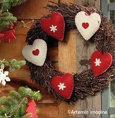 corona de navidad, con fotos explicativas Christmas Wreaths, Christmas Decorations, Xmas, Christmas Ornaments, Holiday Decor, Light Of Life, Wooden Hearts, Diy Candles, Holiday Festival