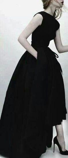 Bodenlanges schwarzes Kleid... vielleicht Dior 2013...