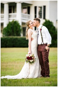 Bride and groom at The Columns at Tangarray in Eclectic, AL. Brilliant red and pink bridal bouquet by Southern Posies, image by Penni Lauren Photography.