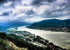 El Danubio es uno de los ríos más importantes de Europa y segundo río más largo del continente después del Volga.El río era una de las largas fronteras permanentes del Imperio Romano y en la actualidad forma parte de las fronteras de 10 países europeos.Se origina en el Bosque Negro en Alemania y fluye hacia el este a una distancia de unos 2.850 kilómetros (1771 millas), que pasa a través de 4 capitales, antes de desembocar en el Mar Negro.Desde la finalización del Canal Rin-Meno-Danubio…