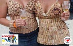 De vrouwen van Limmen Ludiek met hun eigen creatief met kurk creatie. Topjes van kurk. Vrijdag 5 juni  2015 onthulling grootste kurken mozaïek.