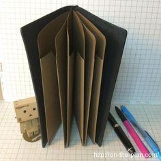 3個作ったのでとりあえずトラベラーズノートの革カバーにセットしてみました。こんな感じ。