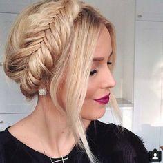 recogidos-sencillos-pelo-rubio-mujer-bonita-pelo-recogido-trenza-francesa-tiara
