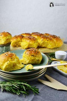 Süßkartoffel Brötchen mit Rosmarin und Meersalz dazu Honig-Butter / sweet potato rolls with rosemary and sea salt with honey butter
