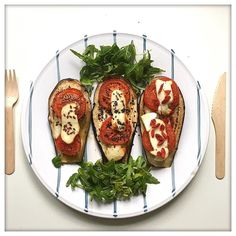 FIT - ZZA  - Post  Bikram dinner - Ingredients:  1 eggplant  2 tomatoes  toffu  rocket leaves #pizzafit   Después de 90' minutos de Bikram yoga  Pizza Fit - Ingredientes: 1 berenjena  2 tomates  tofu  ensalada #pizzafit by real_and_not_perfect