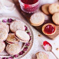 Klassiset herrasväen pikkuleivät yhdistävät murotaikinan ja vadelmahillon. Ihanat pikkuherkut maistuvat kaikille, kokeile ja ihastu! Finnish Recipes, Sweet Cookies, Everyday Food, Christmas Treats, Sweet Recipes, Cookie Recipes, Sweet Tooth, Bakery, Deserts