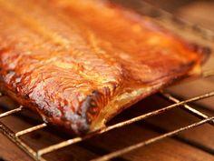Helpoin tapa savustaa kalaa on savustuspussi. Myös savustuslaatikolla kala on kätevä savustaa. Molempia voit käyttää kaasugrillin kanssa. Aga, Judges, Blessings, Blessed, Earth, Youtube, Youtubers, Youtube Movies, Mother Goddess