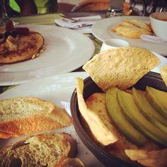 ¿Vienes a desayunar? Qué tal   unos huevos rancheros ó unos pancake de banano y avena  #Brunch, #Vía Primavera, #MenúMundoVerde toma una foto de tu plato y gana 100 puntos a tu tarjeta