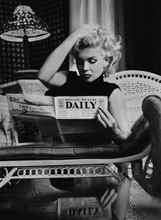 Black & White poster with an iconic photo of Marylin Monroe reading a daily newspaper. The black and white photo is stylishly framed by a built-in passepartout and evokes a charming vintage feel. Marylin Monroe was a world-renowned photo model, Marylin Monroe, Marilyn Monroe Poster, Marilyn Monroe Wallpaper, Divas, Brigitte Bardot, Old Hollywood Glamour, Classic Hollywood, Vintage Hollywood, Pin Up