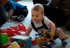 Royal-Baby: Der acht Monate alte Sohn von Prinz William und seiner Frau Kate steht vor seinem ersten großen Auftritt auf der Neuseeland-Reise des royalen Trios. Bei einer Art Krabbel-Party in der Hauptstadt Wellington sollte sich George am Mittwoch mit zehn Gleichaltrigen amüsieren. Als Geschenk für ihn steht ein blauer Teddybär parat. Mehr Bilder des Tages auf: http://www.nachrichten.at/nachrichten/bilder_des_tages/cme10133,1036263 (Bild: APA)