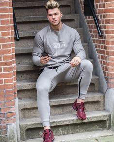 Dica de look para usar na academia formado por conjunto esportivo cinza e tênis vinho. Veja mais looks masculinos de academia no blog Marco da Moda Looks Academia, Mens Fitness, Fitness Apparel, Hair And Beard Styles, Gorgeous Men, White Jeans, Hot Guys, Street Wear, Sweatpants