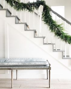 Beautiful Christmas Staircases - Holiday Decor Inspiration Dream Houses It's that time of year again and you are probably looking for something to make your Christmas staircase the talk of the holiday party. If so, you mig. Interior Design Living Room, Living Room Decor, Living Spaces, Christmas And New Year, Christmas Home, Christmas Decor, Christmas Ideas, Christmas Garlands, Merry Christmas