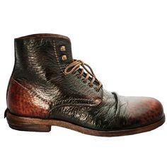 """Shoto Stiefel Peccary-Leder Caos. Der 5998 ist die Urform aller Shoto Schuhe. Der Boot mit der markanten 6-Loch Schnürung mit den 2 zusätzlichen Haken hat schon eine eigene Fangemeinde. Durch das butterweiche Peccaryleder und das Kalbsleder als Innenfutter ist dieser Schuh so sehr bequem. Hier ist das Obermaterial aus Peccaryleder (stammt von der kleinsten Art des südamerikanischen Wildschweins) und wird durch ein spezielles Tauch-Färbe-Verfahren durch """"Eintauchen"""" gefärbt. Dieses sorgt für…"""