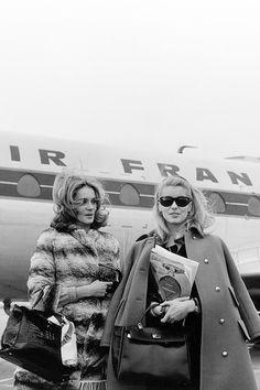 Françoise Dorléac and Catherine Deneuve flying Air France Catherine Deneuve, Sophia Loren, Hollywood Glamour, Old Hollywood, Cannes, Vintage Beauty, Vintage Fashion, Star Francaise, Bff