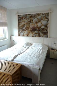 In de #ouderslaapkamer werd dezelfde stijl en #sfeer doorgevoerd. De bedombouw is speciaal voor de bewonders door studio de WOON FACTOR ontworpen.