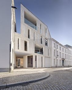By provoking action and reaction between past en present through the application of contemporary architecture, the remodelling of this entire block of buildings – including landmark buildings such as Hooghuys and the former Lorette convent...