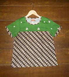 Kombinasi batik klasik dan jumputan Batik Kebaya, Kebaya Dress, Blouse Batik, Batik Dress, Batik Fashion, Kids Fashion, Women's Fashion, Blouse Designs, Sewing Projects
