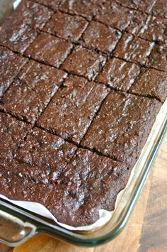 These decadent, healthy date brownies are gluten and refined sugar-free, made with sweet Medjool dates, raw honey, and nutty almond flour. Paleo Dessert, Dessert Sans Gluten, Healthy Dessert Recipes, Baking Recipes, Whole Food Recipes, Desserts Sains, Köstliche Desserts, Sugar Free Desserts, Gluten Free Desserts
