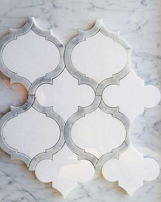Arabesque Marrakech White Thassos & Carrara Marmor Wasserstrahl-Mosaik - ONE Dekor Style Bathroom Floor Tiles, Bathroom Wall, Arabesque Tile Backsplash, Bathroom Ideas, White Kitchen Backsplash, Bathroom Backsplash Tile, Kitchen Cabinets, Bathroom Designs, Shower Floor
