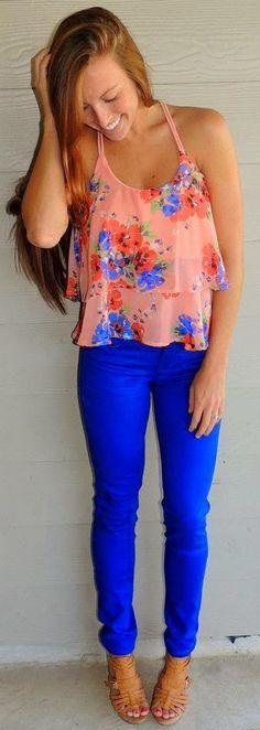 Pantalón azul y blusa de flores.
