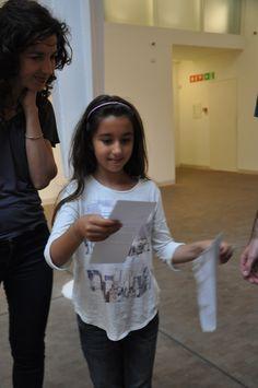 Activitat familiar al voltant de l'exposició Allan Kaprow. Altres maneres de la Fundació Antoni Tàpies, on els participants varen experimentar a través de diversos jocs i dinamitzacions amb la idea de happening.