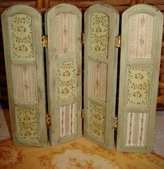 DIY folding screen, wood dye and vintage wallpaper. Could easily adapt to different colors, fabrics, wallpapers...