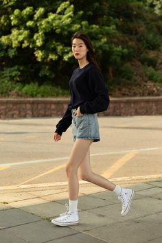 First story of Seoul women's street style in spring of May 2019 – écheveau Asian Street Style, Korean Street Fashion, Asian Fashion, Street Style Women, Girl Fashion, Womens Fashion, Women's Summer Fashion, Daily Fashion, Chic Outfits